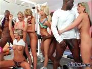 Негры трахают блондинок в тренажерном зале