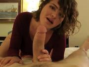 Сексуальная мама дрочит сыну хуй