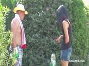 Папа трахает дочь в саду