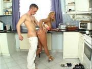 Трахнул свою тетку на кухне
