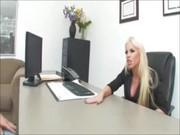 Блонда проверяет новых сотрудников по своему