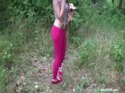 Привез шлюху в лес ебать