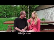 Дед трахает девушку на улице