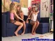 Молодые девки ебутся в общаге друг с дружкой