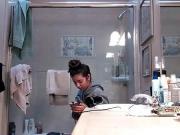 Подглядывает за сестрой в туалете