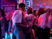 Дрючат молодых девок в клубе