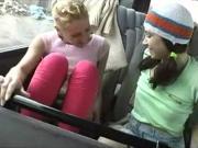 Лесбиянки ласкают киски в автобусе