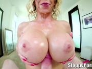 Дрочит сиськами порно с сексуальной блондой