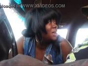 Негритоска сосет в машине