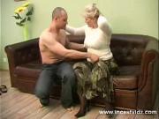 Мамаша трахает сына на диване