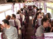 Дрочат в автобусе друг другу