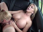 Дочка трахает маму в машине