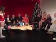 Деды трахают молодых на рождественской вечеринке