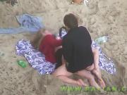 Ебутся на пляже не подозревая что их снимают