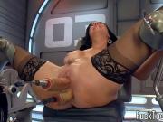 Секс машина трахает девушку в обе щелки
