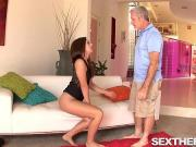 Дед трахает девочку в бикини