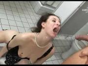 Ссыт в рот девахе в туалете