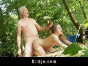 Дед ебет внучку в лесу